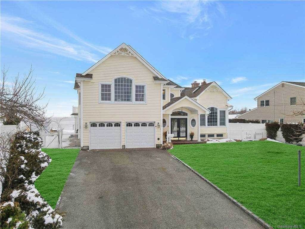 Residential for Sale at 22 Cedar Point Drive West Islip, New York 11795 United States