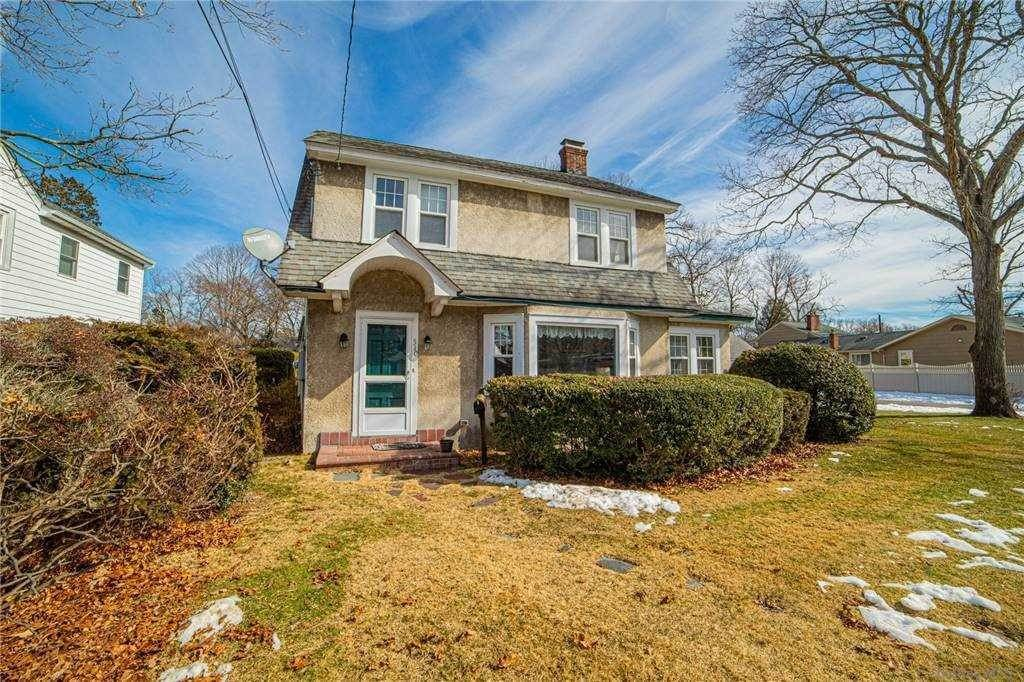 Residential for Sale at 510 Manatuck Boulevard Brightwaters, New York 11718 United States