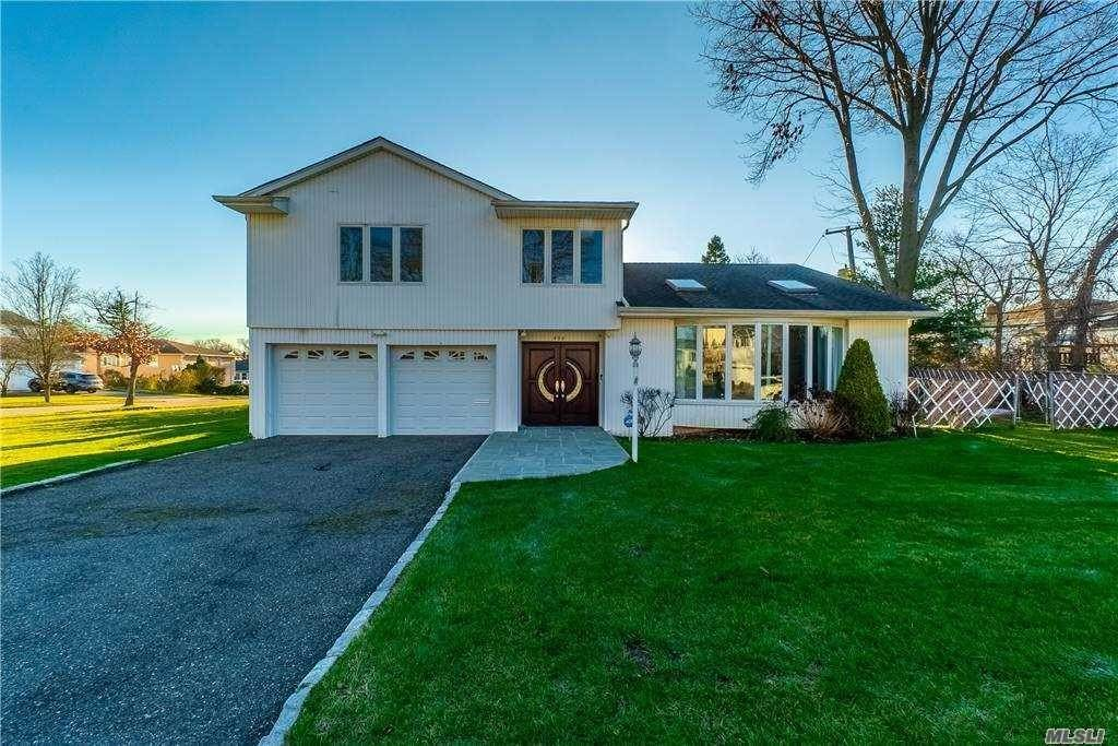 Residential for Sale at 406 Old Courthouse Road Manhasset Hills, New York 11040 United States