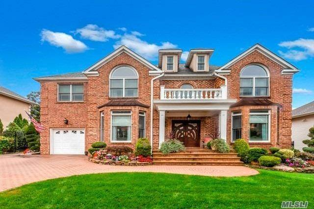 Residential for Sale at 4 Crest Hollow Court, Farmingdale, NY 11735 Farmingdale, New York 11735 United States