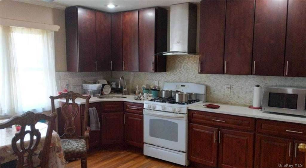 Residential Lease الساعة 83-03 Langdale Street # 2nd Fl, New Hyde Park, NY 11040 New Hyde Park, New York 11040 United States
