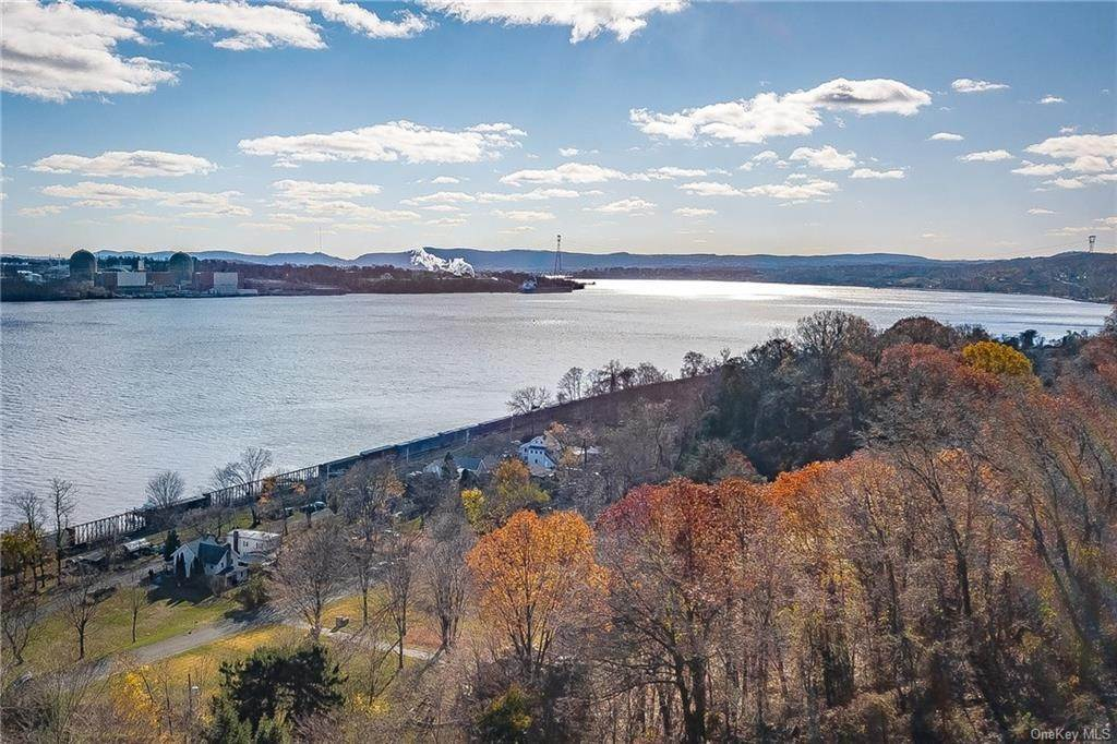 26. Residential for Sale at 4 Ayers Drive Tomkins Cove, New York 10986 United States