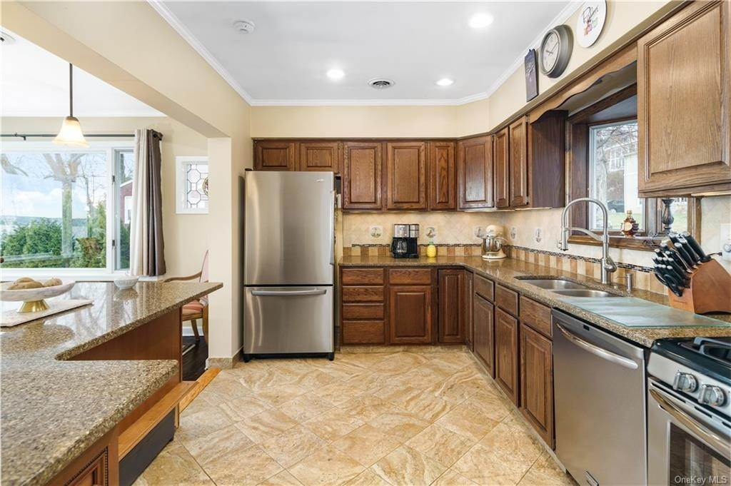 5. Residential for Sale at 5 Edgewater Lane Nyack, New York 10960 United States