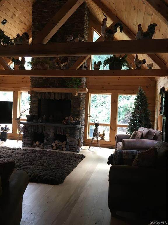 6. Residential for Sale at 10 Eagle Wood Vista Lane Warwick, New York 10990 United States