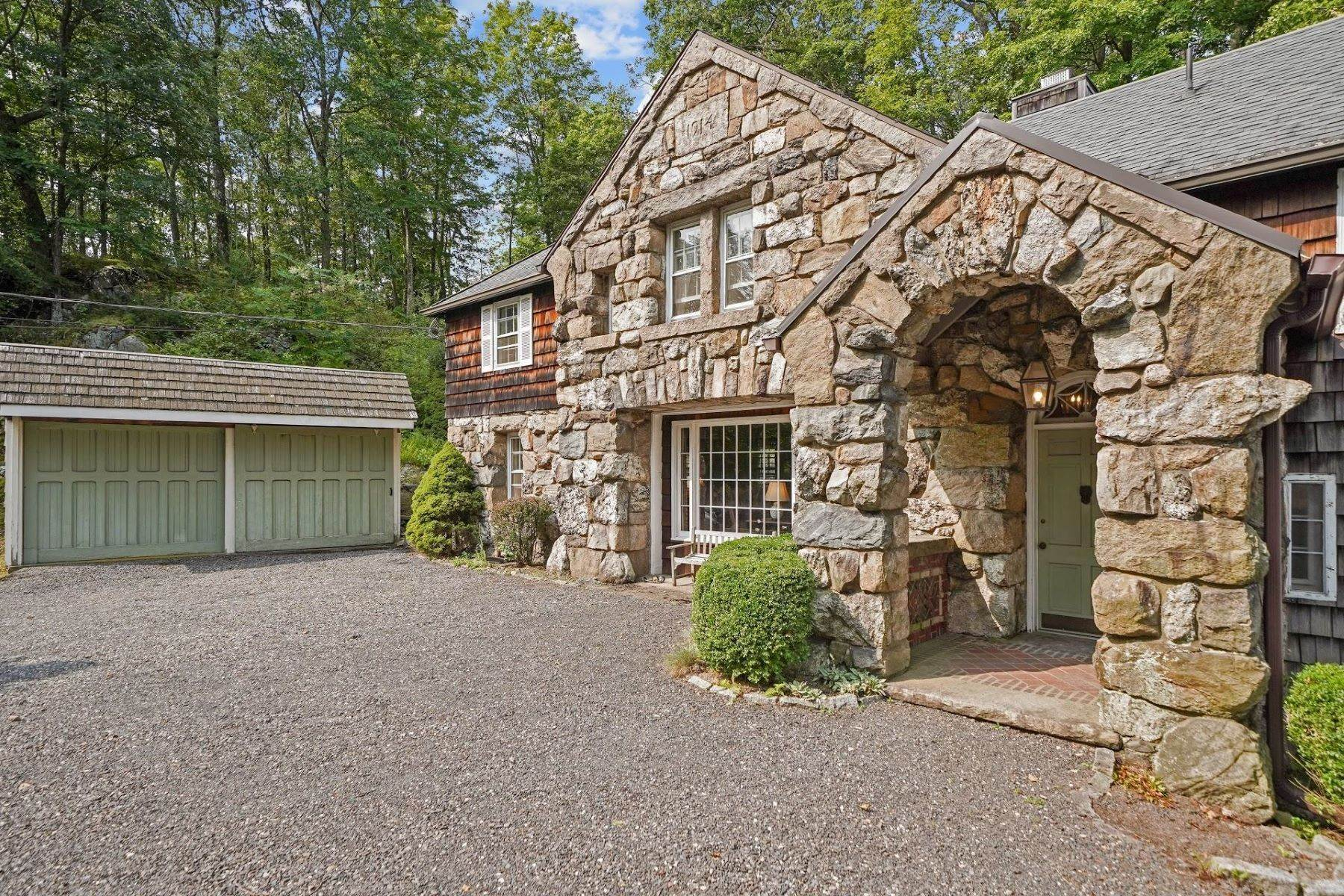 31. Single Family Homes for Sale at Mortimer Carriage House 32 Lookout Road Tuxedo Park, New York 10987 United States