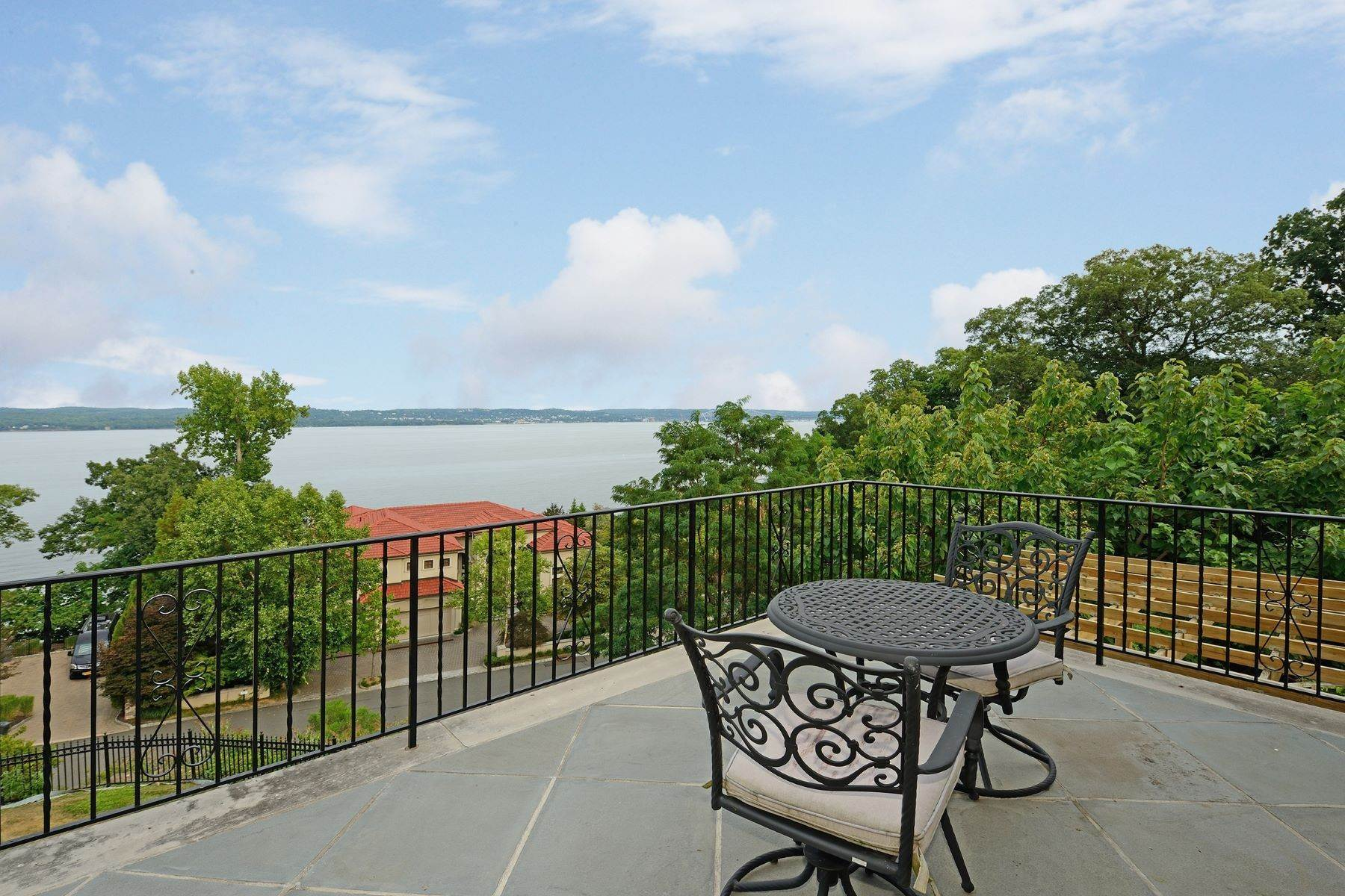 18. Single Family Homes for Sale at Custom Colonial with Hudson River Access 6 Tompkins Court Upper Nyack, New York 10960 United States