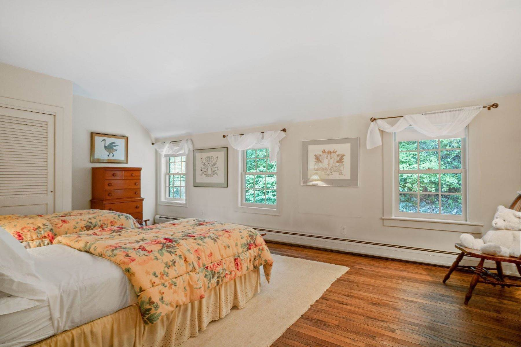 26. Single Family Homes for Sale at Mortimer Carriage House 32 Lookout Road Tuxedo Park, New York 10987 United States