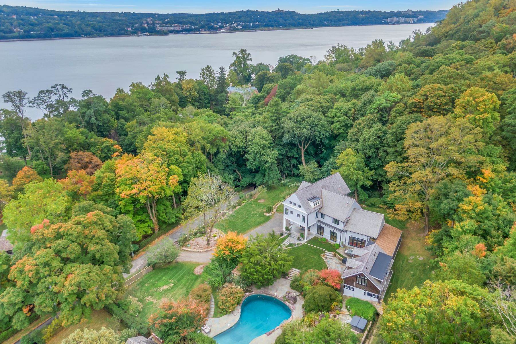 Single Family Homes للـ Sale في 'Gilman Carriage House' 11 Lawrence Lane Palisades, New York 10964 United States