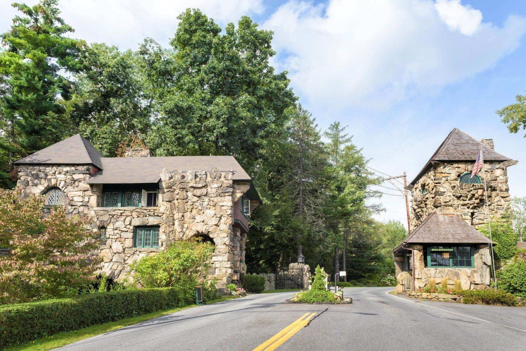 34. Single Family Homes for Sale at 'Horace Waldo Cottage' 160 Continental Road Tuxedo Park, New York 10987 United States