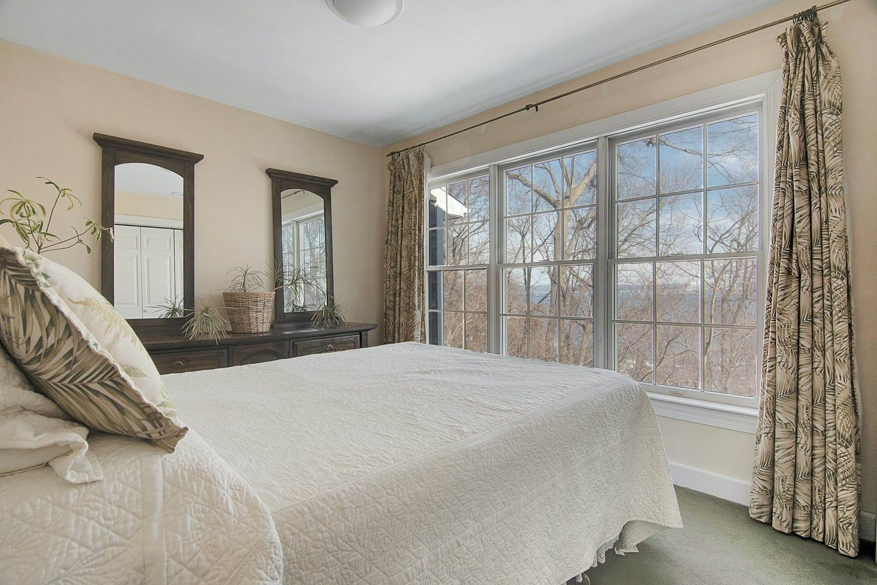 15. Single Family Homes for Sale at Colonial in Private Setting with Hudson River Views 50 Franklin Street Piermont, New York 10968 United States