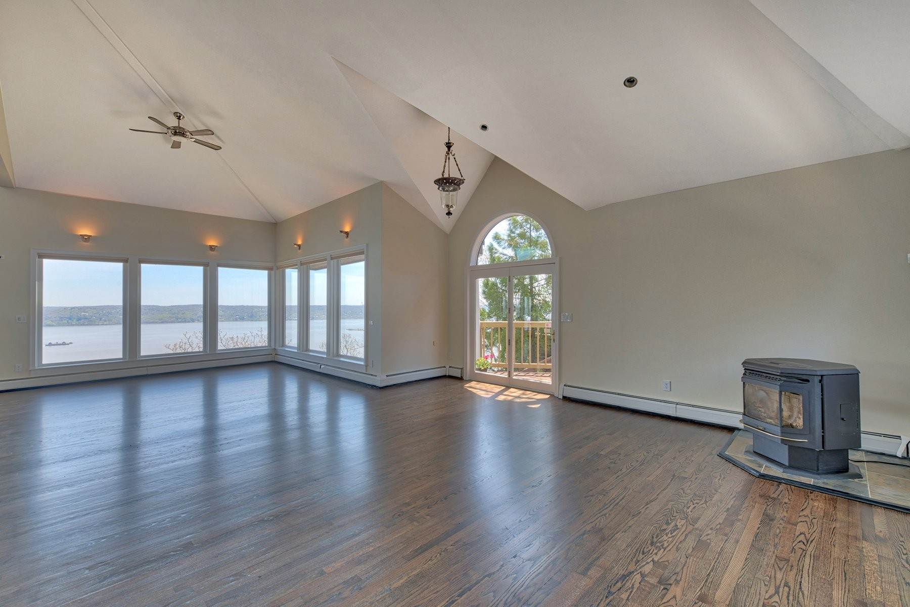7. Single Family Homes for Sale at Mediterranean Style - Hudson River Views 119 Tweed Blvd. Upper Grandview, New York 10960 United States