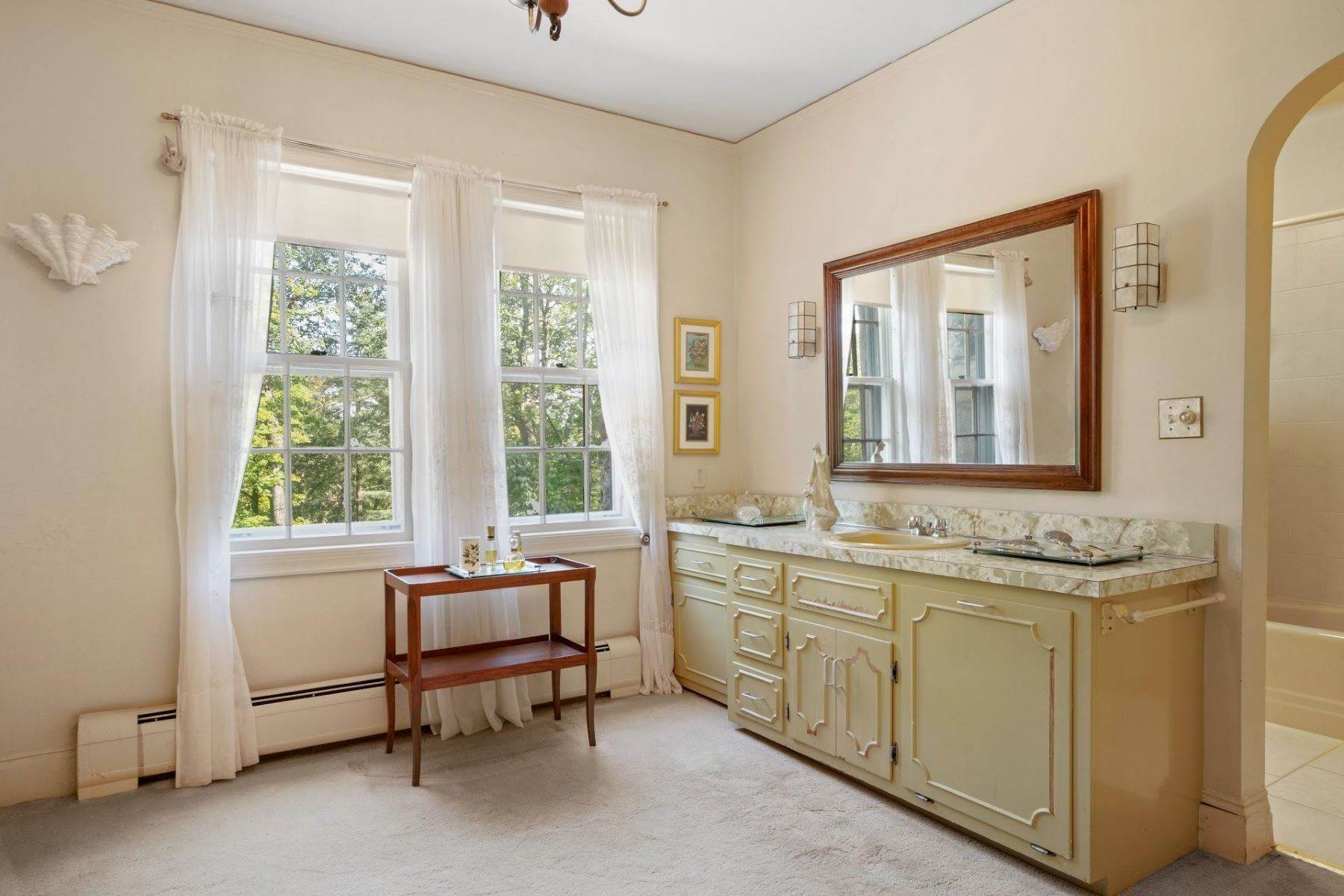21. Single Family Homes for Sale at Mortimer Carriage House 32 Lookout Road Tuxedo Park, New York 10987 United States